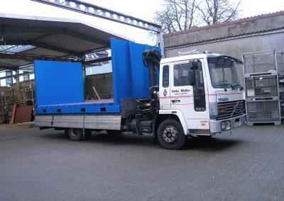Transportfahrzeug-mit-Kran